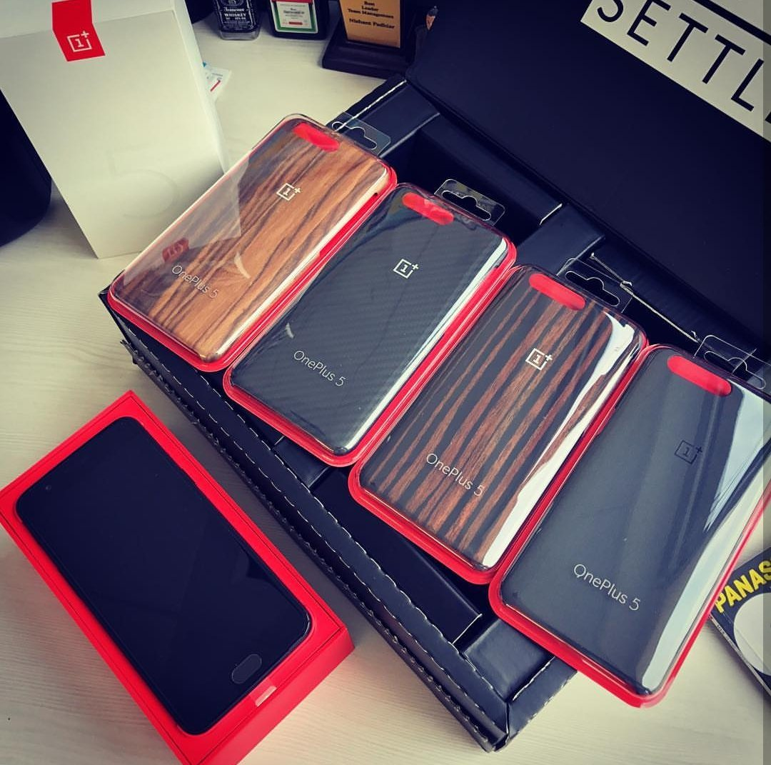 OnePlus 5 Retail Box and cases
